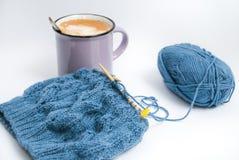 Χαλαρωμένο πλέξιμο με τον καφέ και το πρόγευμα στοκ φωτογραφία με δικαίωμα ελεύθερης χρήσης