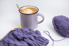 Χαλαρωμένο πλέξιμο με τον καφέ και το πρόγευμα στοκ εικόνες