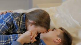 Χαλαρωμένο σπίτι ζευγών ελεύθερου χρόνου ζεύγους επικοινωνία απόθεμα βίντεο