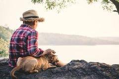 Χαλαρώνοντας ασιατικά αγόρι και σκυλί στιγμής στη φύση Στοκ φωτογραφίες με δικαίωμα ελεύθερης χρήσης