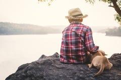 Χαλαρώνοντας ασιατικά αγόρι και σκυλί στιγμής στη φύση Στοκ εικόνες με δικαίωμα ελεύθερης χρήσης