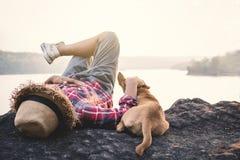Χαλαρώνοντας ασιατικά αγόρι και σκυλί στιγμής στη φύση Στοκ φωτογραφία με δικαίωμα ελεύθερης χρήσης