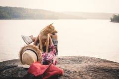 Χαλαρώνοντας ασιατικά αγόρι και σκυλί στιγμής στη φύση Στοκ Φωτογραφίες
