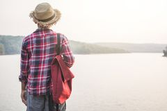 Χαλαρώνοντας ασιατικό αγόρι στιγμής backpacker στη φύση Στοκ φωτογραφία με δικαίωμα ελεύθερης χρήσης