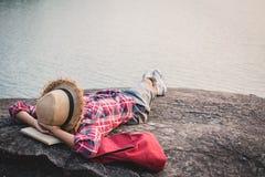 Χαλαρώνοντας ασιατικό αγόρι στιγμής backpacker στη φύση Στοκ φωτογραφίες με δικαίωμα ελεύθερης χρήσης