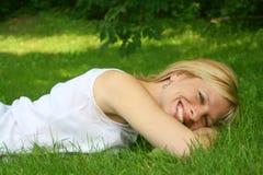 χαλαρώνοντας γυναίκα Στοκ εικόνες με δικαίωμα ελεύθερης χρήσης