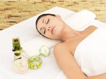 Χαλαρώνοντας γυναίκα beauty spa στο σαλόνι στοκ εικόνα