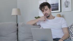 Χαλαρώνοντας ιδέα σκέψης νεαρών άνδρων και εργασία στο lap-top απόθεμα βίντεο