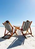 χαλαρώνοντας καλοκαίρι ζευγών παραλιών Στοκ Εικόνες
