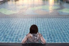 Χαλαρώνοντας λίμνες τρόπου ζωής αδιάβροχων γυναικών μόδας στοκ εικόνα με δικαίωμα ελεύθερης χρήσης