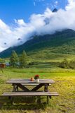 Χαλαρώνοντας σημείο στην κοιλάδα Innerdalen βουνών στοκ φωτογραφία με δικαίωμα ελεύθερης χρήσης
