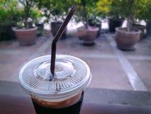 Χαλαρώνοντας σκηνή με ένα φλυτζάνι του παγωμένου καφέ Στοκ εικόνα με δικαίωμα ελεύθερης χρήσης