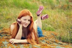 Χαλαρώνοντας redhead κορίτσι Στοκ φωτογραφία με δικαίωμα ελεύθερης χρήσης