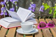 Χαλαρώστε με ένα βιβλίο στο θερινό κήπο Στοκ Εικόνα
