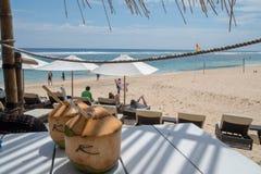 Χαλαρώστε με μια καρύδα στο Μπαλί στοκ φωτογραφία με δικαίωμα ελεύθερης χρήσης