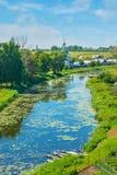 Χαλαρώστε στην όχθη ποταμού Kamenka στο Σούζνταλ Στοκ Φωτογραφία