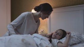 Χαλαρώστε τα όνειρα τρόπου ζωής της εγγενών ανησυχίας και της ευγένειας για αγαπημένα Mum και το παιδί απόθεμα βίντεο