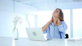 Χαλαρώστε την κουρασμένη γυναίκα που εργάζεται στο lap-top, on-line φιλμ μικρού μήκους