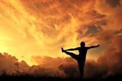 χαλαρώστε τη γιόγκα γυναικών ηλιοβασιλέματος σκιαγραφιών Στοκ φωτογραφία με δικαίωμα ελεύθερης χρήσης
