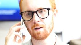 Χαλαρώστε το άτομο που μιλά στο κινητό τηλέφωνο, χαλαρώστε τη συζήτηση Στοκ Φωτογραφίες