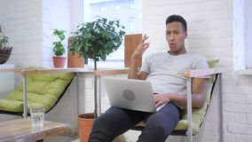 Χαλαρώστε το αφροαμερικανός άτομο πολυάσχολο στο lap-top απόθεμα βίντεο