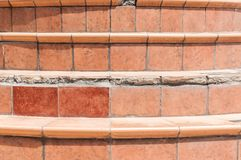 Χαλασμένα σκάλα ή σκαλοπάτια σπιτιών με τα σπασμένα κεραμίδια πέρα από τα σταθερά βήματα στοκ φωτογραφία με δικαίωμα ελεύθερης χρήσης
