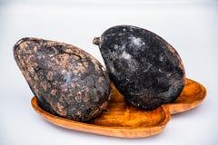 Χαλασμένα φρούτα στον ξύλινο δίσκο στοκ εικόνα με δικαίωμα ελεύθερης χρήσης