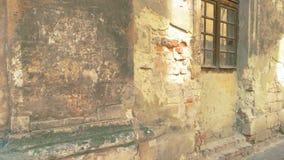 Χαλασμένοι τοίχος και παράθυρα απόθεμα βίντεο