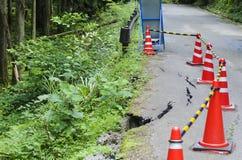 Χαλασμένος δρόμος με τα προειδοποιητικά σημάδια στοκ φωτογραφίες με δικαίωμα ελεύθερης χρήσης