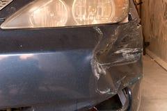 Χαλασμένο αυτοκίνητο Σπασμένος μπροστινός προφυλακτήρας Η έννοια της οδικής ασφάλειας στοκ εικόνες
