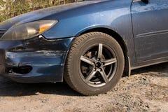 Χαλασμένο αυτοκίνητο Σπασμένος μπροστινός προφυλακτήρας Η έννοια της οδικής ασφάλειας o στοκ φωτογραφίες με δικαίωμα ελεύθερης χρήσης