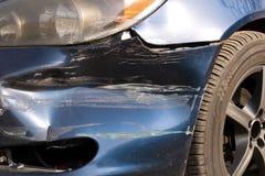 Χαλασμένο αυτοκίνητο Σπασμένος μπροστινός προφυλακτήρας Η έννοια της οδικής ασφάλειας o στοκ φωτογραφίες