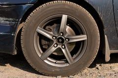 Χαλασμένο αυτοκίνητο Σπασμένος μπροστινός προφυλακτήρας Η έννοια της οδικής ασφάλειας o στοκ εικόνες