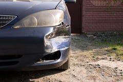 Χαλασμένο αυτοκίνητο Σπασμένος μπροστινός προφυλακτήρας Η έννοια της οδικής ασφάλειας o στοκ εικόνες με δικαίωμα ελεύθερης χρήσης