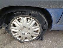 Χαλασμένο ελαστικό αυτοκινήτου βήμα σε μια λαστιχένια ρόδα στοκ φωτογραφία με δικαίωμα ελεύθερης χρήσης
