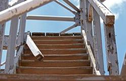 ΧΑΛΑΣΜΕΝΟ ΕΞΩΤΕΡΙΚΟ ΞΥΛΙΝΟ STAIRS Στοκ Φωτογραφία