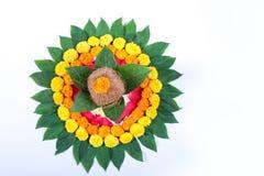Χαλκός Kalash με την καρύδα, το φύλλο και τη floral διακόσμηση σε ένα άσπρο υπόβαθρο ουσιαστικός στο ινδό puja στοκ φωτογραφίες
