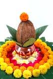 Χαλκός Kalash με την καρύδα, το φύλλο και τη floral διακόσμηση σε ένα άσπρο υπόβαθρο ουσιαστικός στο ινδό puja στοκ εικόνα