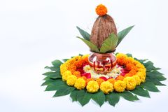 Χαλκός Kalash με την καρύδα, το φύλλο και τη floral διακόσμηση σε ένα άσπρο υπόβαθρο ουσιαστικός στο ινδό puja στοκ φωτογραφίες με δικαίωμα ελεύθερης χρήσης