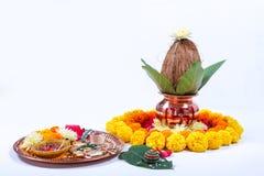 Χαλκός Kalash με την καρύδα, το φύλλο και τη floral διακόσμηση σε ένα άσπρο υπόβαθρο ουσιαστικός στο ινδό puja στοκ φωτογραφία με δικαίωμα ελεύθερης χρήσης