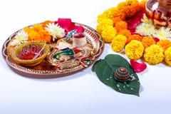 Χαλκός Kalash με την καρύδα, το φύλλο και τη floral διακόσμηση σε ένα άσπρο υπόβαθρο ουσιαστικός στο ινδό puja στοκ εικόνα με δικαίωμα ελεύθερης χρήσης