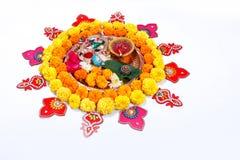 Χαλκός Kalash με την καρύδα, το φύλλο και τη floral διακόσμηση σε ένα άσπρο υπόβαθρο ουσιαστικός στο ινδό puja στοκ εικόνες με δικαίωμα ελεύθερης χρήσης