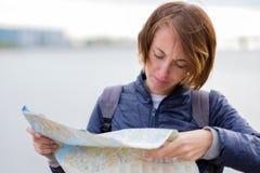 Χαμένος σε μια άγνωστη πόλη Παραγωγή μιας διαδρομής για την εξόρμηση Στοκ φωτογραφίες με δικαίωμα ελεύθερης χρήσης