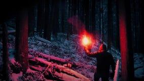 Χαμένο άτομο που περπατά με τη φλόγα στη χιονώδη αγριότητα απόθεμα βίντεο