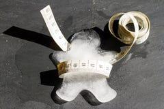 Χαμένο βάρος και λεπτή έννοια με σώμα και το μέτρο πάγου το λειώνοντας Στοκ φωτογραφία με δικαίωμα ελεύθερης χρήσης