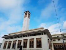 Χαμηλή άποψη γωνίας ενός μαροκινού πύργου ρολογιών ενάντια στον ουρανό - Καζαμπλάνκα - Μαρόκο Στοκ εικόνες με δικαίωμα ελεύθερης χρήσης