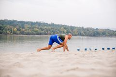 Χαμηλή άποψη γωνίας του ατόμου που ασκεί στην παραλία Στοκ φωτογραφία με δικαίωμα ελεύθερης χρήσης