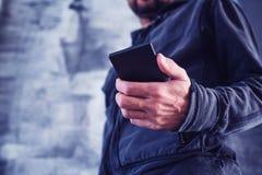 Χαμηλή άποψη γωνίας του μηνύματος ανάγνωσης ατόμων στο κινητό τηλέφωνο στοκ φωτογραφίες με δικαίωμα ελεύθερης χρήσης