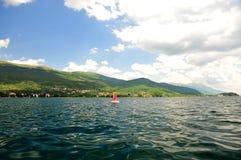 Χαμηλή άποψη πέρα από τη λίμνη Οχρίδα, Μακεδονία στοκ φωτογραφία με δικαίωμα ελεύθερης χρήσης