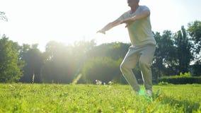 Χαμηλή γωνία ενός ανώτερου φίλαθλου ατόμου που κάνει τις κοντόχοντρες ασκήσεις φιλμ μικρού μήκους